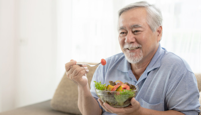 How to Help an Elderly Adult Who Has Difficulty Eating